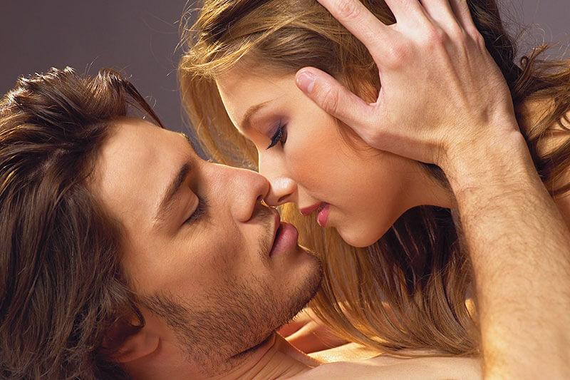 Фото нежного и романтического поцелуя между девушкой и парнем - 20 картинок 1