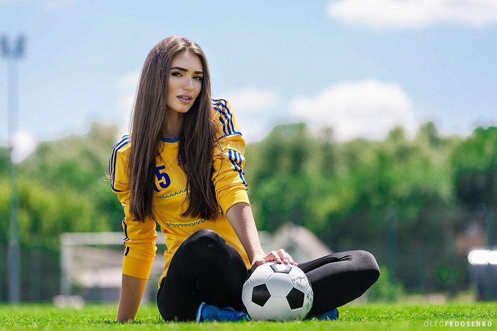 Картинки девушка с мячом футбольным