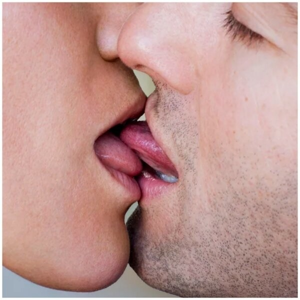 Дрочит парню видео очень страстного поцелуя секс вечеринка хорошая