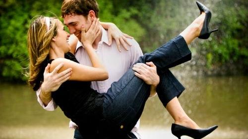 Картинка с парнем держащим девушку на руках на фоне