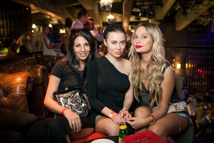 glamurnaya-gruppovushka-v-klube
