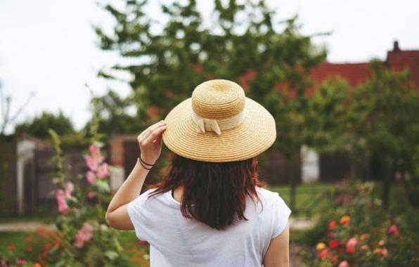 Девушки в шляпе со спины
